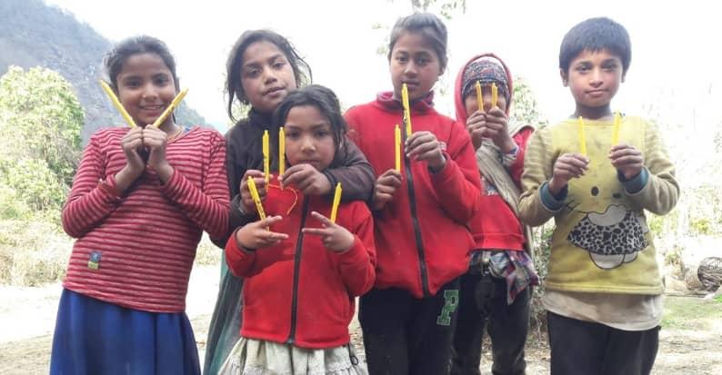 Ai Bambini del Nepal 200 penne danno speranza